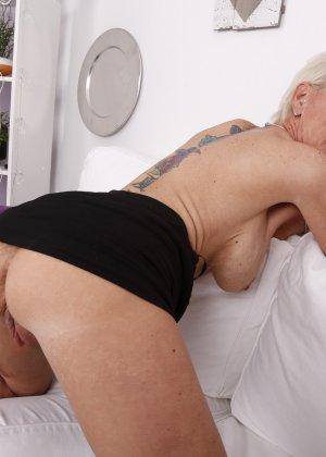 Зрелая блондинка спустив с себя трусики занимается соблазнением молодых - фото 12