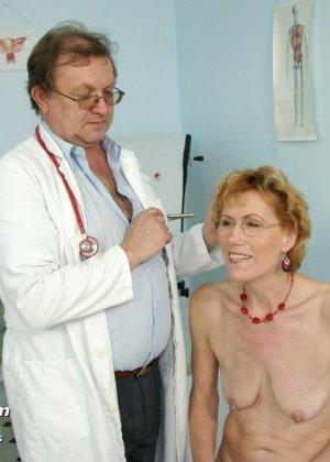 Зрелая Мила в очках расставляет ноги перед развратным доктором и разрешает ему рассмотреть себя всю - фото 3