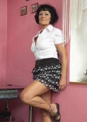 Женщина в возрасте очень хочет секса, поэтому с удовольствием позирует перед камерой с вибратором - фото 9