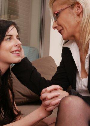 Зрелая блондинка показывает молодой брюнетке, как показывать чувственное удовольствие от женских ласк - фото 6
