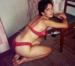 Зрелая мадам в колготках позирует перед камерой на кухне - фото 2