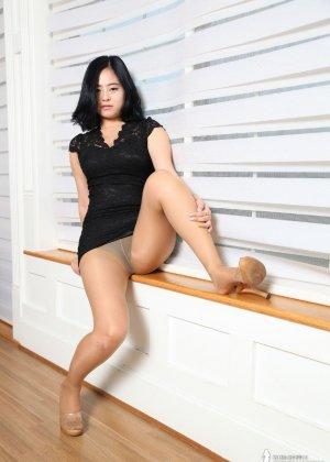 Красивая милашка азиатской внешности сбрасывает с себя лишнюю одежду и показывает грудь - фото 14