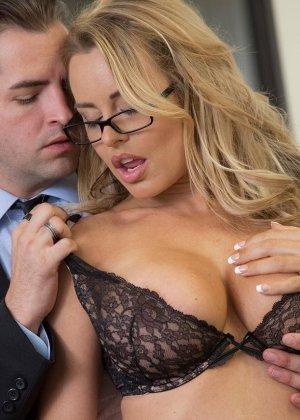 Грудастая секретарша стонет и кричит, когда босс трахает ее в своем кабинете во время обеденного перерыва - фото 2
