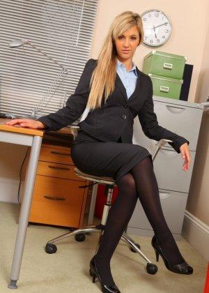 Офисная шлюха София Найт сексуально разделась, ожидая приезда своего возбужденного начальника - фото 2