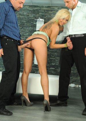 Горяченькая блондинка берет в ротик длинный хуй у парня и его друга - фото 4