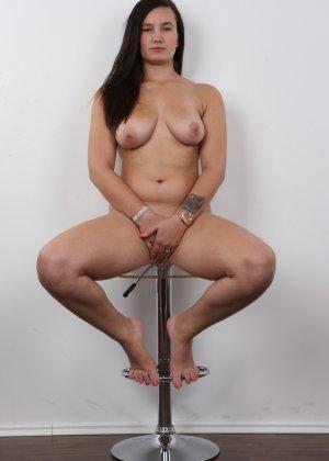 Длинноволосая брюнетка на пробах в секс индустрию показала сиськи - фото 16