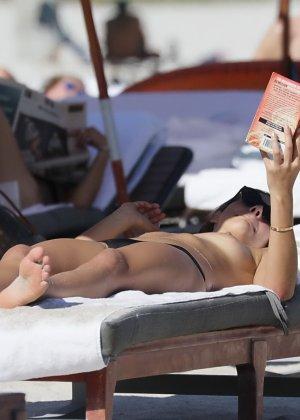 Люси Арагон показывает свое тело на пляже, а под лучами палящего солнца она решает оказаться без лифа - фото 14
