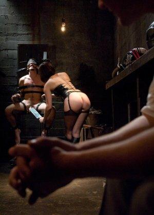 Брюнетка в латексе занимается жестокой еблей с незнакомым мужиком - фото 14