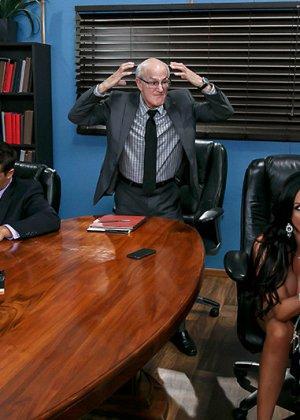 Офисные работники очень устали, поэтому шеф разрешил им вызвать двух шлюх и выебать их на работе - фото 8
