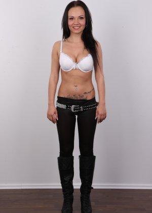 Брюнетка на кастинге в сексуальном белом белье улыбается на камеру - фото 4