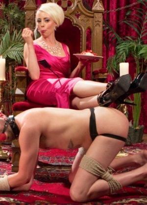 Лорелай Ли наказывает своего мужа страпоном и приглашает на секс вечеринку его лучшего друга с большим писюном - фото 4