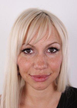 Блондинка с натуральными дойками на кастинге сняла с себя трусики - фото 2
