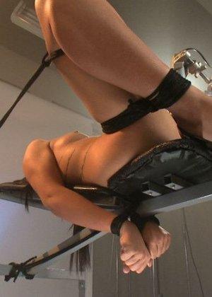 На порно кастинге телке предлагают испытать новые ощущения и дают в руки мощнейший вибратор - фото 3