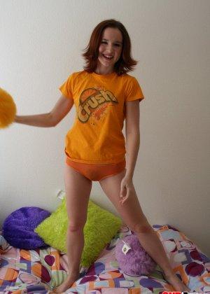 Анна раздевается на диване и показывает свое худенькое тело - фото 2