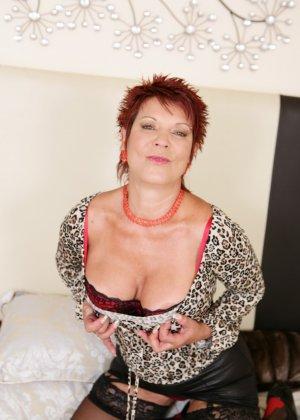 Горячая зрелая женщина показывает свое немолодое тело - она еще очень сексуальна - фото 4