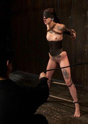 Татуированная молоденькая девица впервые пробует БДСМ - фото 8