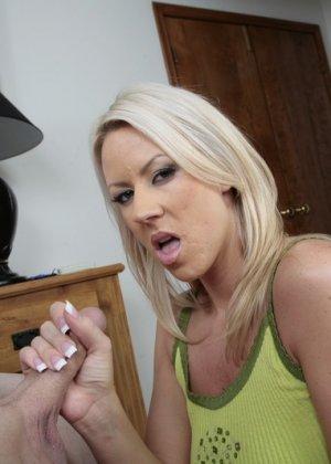 Сексуальная блондинка Кэролин Риз дрочит хуй своему любовнику между большими, красивыми сиськами - фото 12
