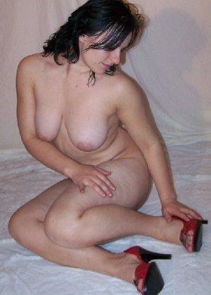 Беременная девушка в голом виде позирует перед камерой ради денег - фото 6
