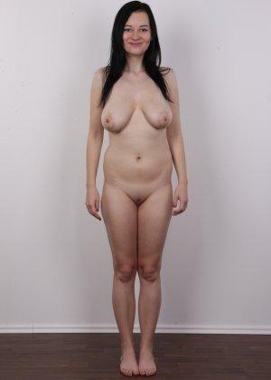 В чешском кастинге девушка решает показать всю себя без одежды и не стесняется камеры - фото 12