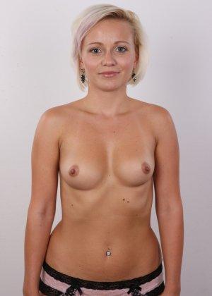 Блондинка на порно кастинге снимает все белье и оголит свои аккуратные сексуальные соски - фото 10