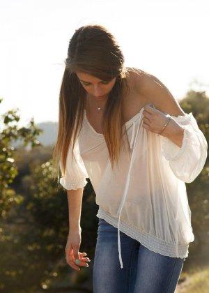 Грасию Тиббл уговорили снять лифчик и показать свои прелестные титьки, когда она гуляла на свежем воздухе - фото 10