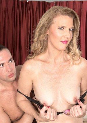 Блондинистая проститутка в чулках ебется на износ с любовником - фото 12