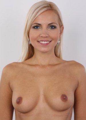 Блондинка с упругими сиськами сняла с себя всю одежду на порно кастинге - фото 9
