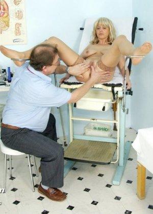 Женщина оказывается на приеме у гинеколога и раздвигает ноги для очень тщательного осмотра - фото 9