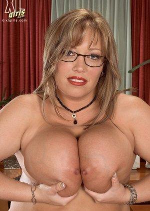 Женщина с огромными формами просто поражает своей внешностью, у нее нереальные объемы - фото 8