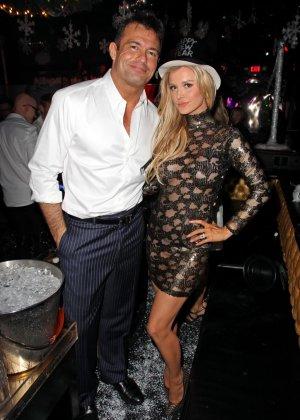 Блондинка Джоана Крупа обнимается со своим новым богатеньким мужиком - фото 9