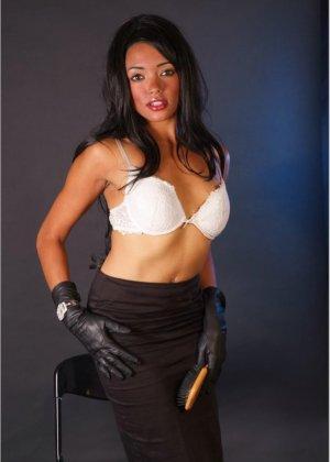 Сексапильная брюнетка работает секретаршей, она медленно снимет с себя блузку и оголит свои дойки - фото 14