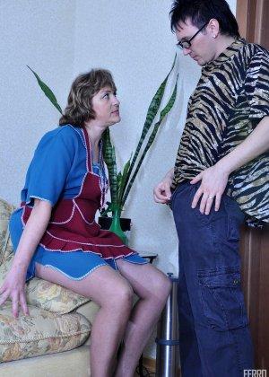 Горничная прикладного возраста удовлетворяет сынка хозяйки, который трахает старых баб - фото 6
