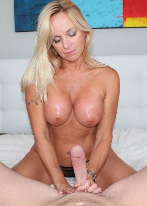Опытная блондинка знает, как ублажать мужчину и делает это действительно качественно, доводя до конца - фото 11