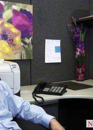 После успешного совещания приятно пригласить секретаршу Кайлу с большими буферами и трахнуть на офисном столе - фото 3
