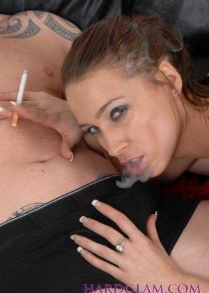 Девушка с сигаретой в руке отсасывает хуй молодому парню в трусах - фото 6