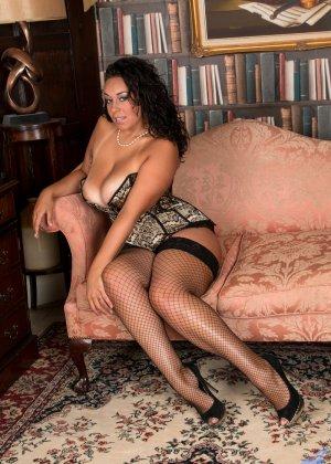 Сисястой Анилос захотелось порадовать мужа классным стриптизом, она знает, как он реагирует на эротическое белье - фото 4- фото 4- фото 4