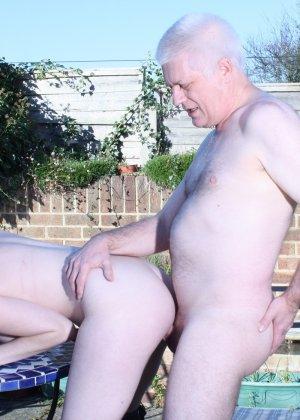 Пожилому мужчине очень повезло - ему отдается молодая телочка и удовлетворяет его желания - фото 12