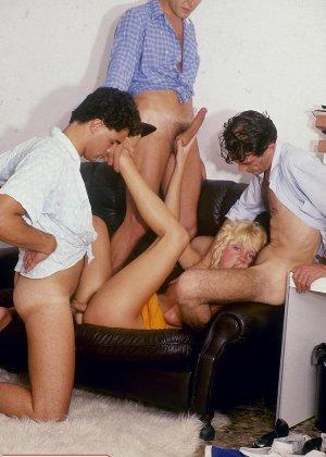 Ретро-снимки понравятся многим, ведь на них можно лицезреть сумасшедшее действо – групповой секс - фото 8