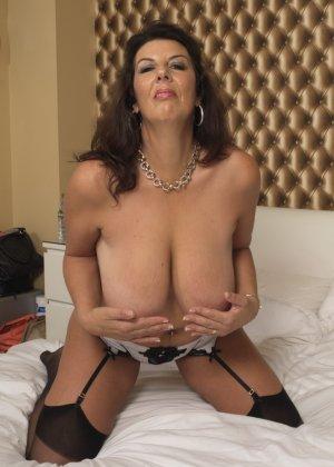 Зрелая британская красотка показывает свое шикарное тело, одевшись в сексуальное белье - фото 2