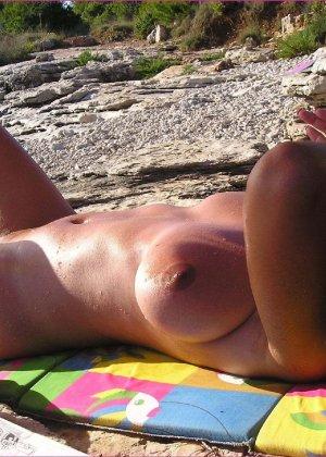 Грудастая зрелая телочка отдыхает на море в голом виде - фото 3