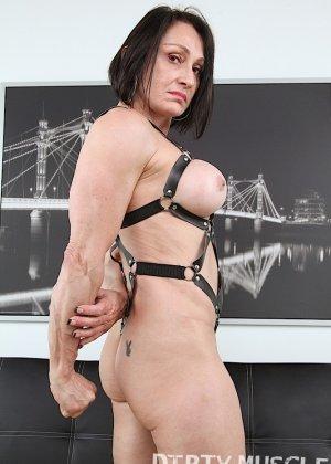 Смелая женщина одевает эротический прикид и демонстрирует свое тело перед камерами - фото 5