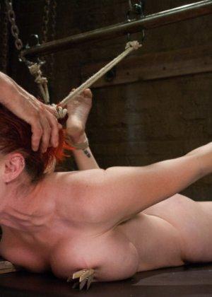 Изо всех мускулистый чувак пердолит рыжеволосую девушку с большими дойками - фото 11