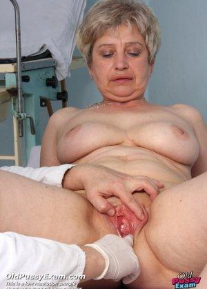 Женщина в возрасте приходит на прием к врачу и получает удовольствие от тщательного осмотра - фото 7