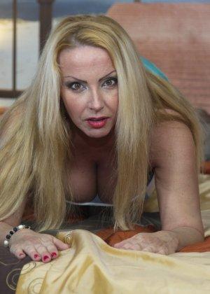 Блондинка с огромными сиськами оказалась профессиональной шлюшкой, которая отлично сосет и трахается во все щели - фото 5