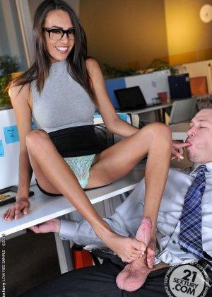 Красавица Жанет Грифиз обожает, когда шеф лижет ей пальцы на ногах перед тем, как выебать ее в пизду - фото 7
