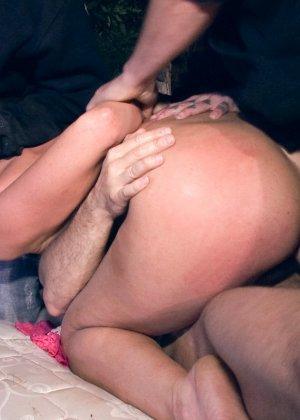 Очень сексуальную брюнетку мужики на природе поставив раком ебут в рот - фото 11