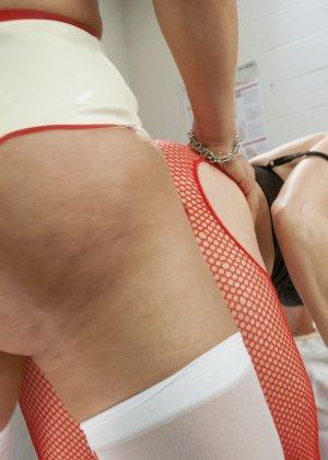 Трансвестит в костюме медсестры ебет в пизду свою пациентку на операционном столе в больнице - фото 11