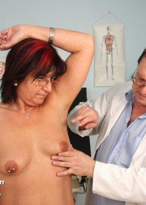 Зрелая получает удовольствие от тщательного осмотра у врача, тем более, что он лапает ее пизду - фото 2