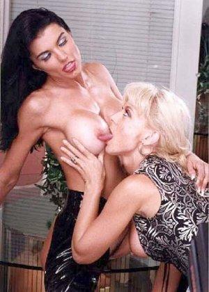 Нина Хартли и подружки показывают свои роскошные тела перед камерой, ничего не стесняясь - фото 8