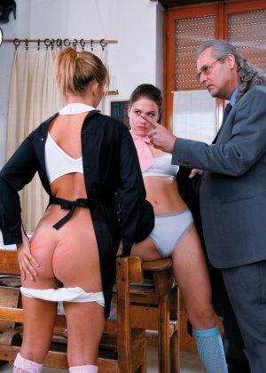 Мужчине в возрасте достается счастье оттрахать двух сексуальных сучек и доставить им удовольствие - фото 2